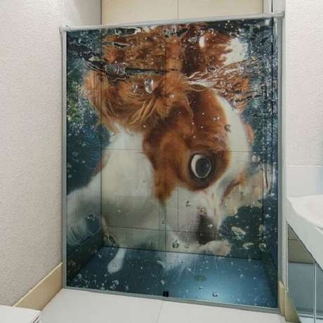 47. Adesivo para box de banheiro com desenho de cachorro. Fonte: Pinterest