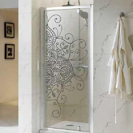 16. Adesivo para box de banheiro com desenho de mandala encanta a decoração. Fonte: Pinterest