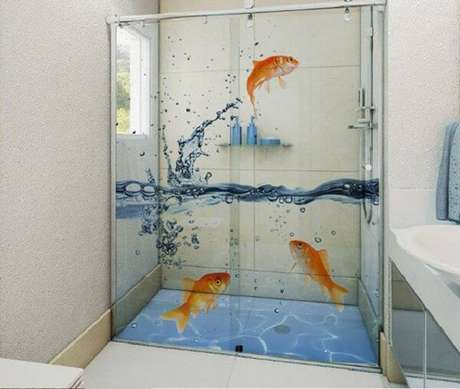 6. Adesivo para box de banheiro com desenho de peixes. Fonte: Dicas de Decoração