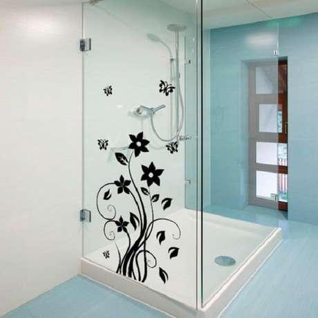 48. Adesivo para box de banheiro com desenho floral em preto. Fonte: Pinterest