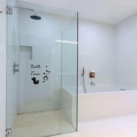 17. Adesivo para box de banheiro com design pequeno e delicado. Fonte: Pinterest