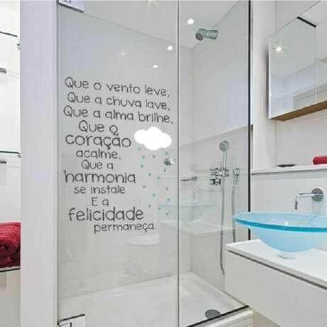 18. Adesivo para box de banheiro com frases inspiradoras. Fonte: Pinterest