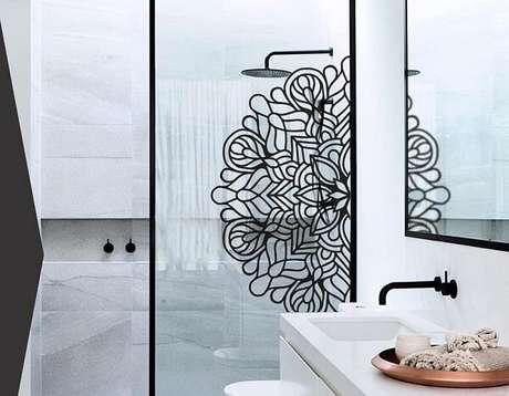 21. Adesivo para box de banheiro com metade de uma mandala. Fonte: Pinterest