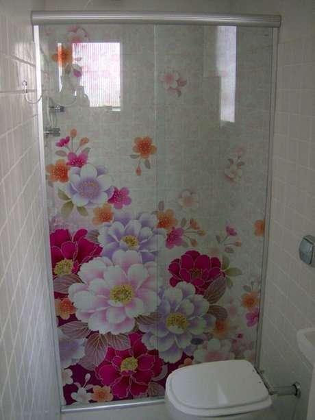 49. Adesivo para box de banheiro com tema floral. Fonte: Pinterest