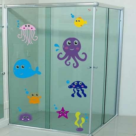 25. Adesivo para box de banheiro com temática de fundo de mar. Fonte: Pinterest