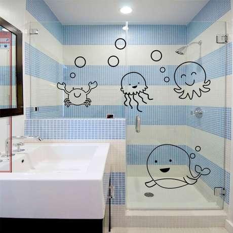 27. Adesivo para box de banheiro do fundo do mar com personagens infantis. Fonte: Pinterest
