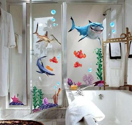 5. Adesivo para box de banheiro do fundo do mar. Fonte: Pinterest