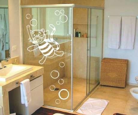 29. Adesivo para box de banheiro em branco se harmoniza com o ambiente. Fonte: Pinterest