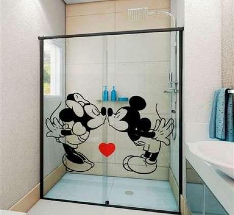33. Adesivo para box de banheiro romântico com Minnie e Mickey. Fonte: Pinterest