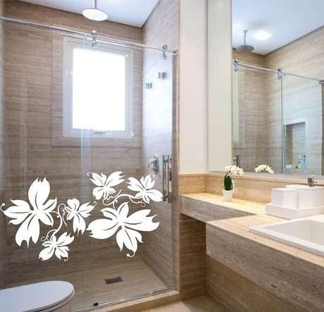 37. Invista em temas florais para adesivo para box de banheiro. Fonte: Pinterest