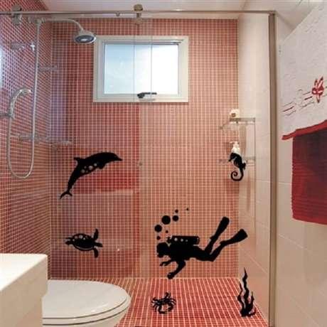 40. Mergulhador em ação com esse adesivo para box de banheiro. Fonte: Pinterest