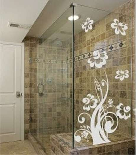 52. Modelo de adesivo para box de banheiro branco com desenho de flores. Fonte: Pinterest