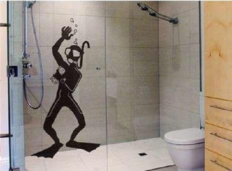 53. Modelo de adesivo para box de banheiro com desenho criativo. Fonte: Pinterest