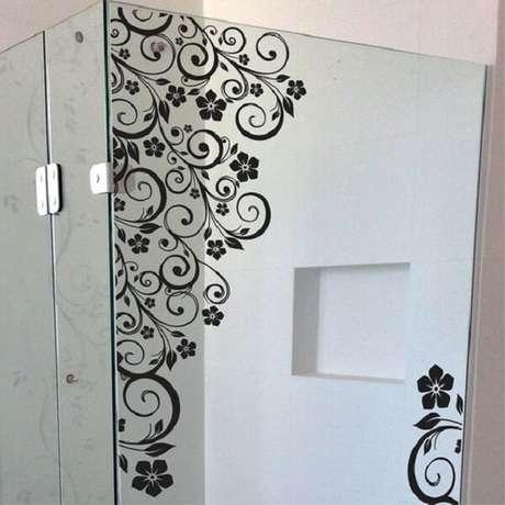 54. Modelo de adesivo para box de banheiro com desenho de arabescos. Fonte: Pinterest