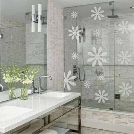 58. Modelo de adesivo para box de banheiro com desenho de flores. Fonte: Pinterest