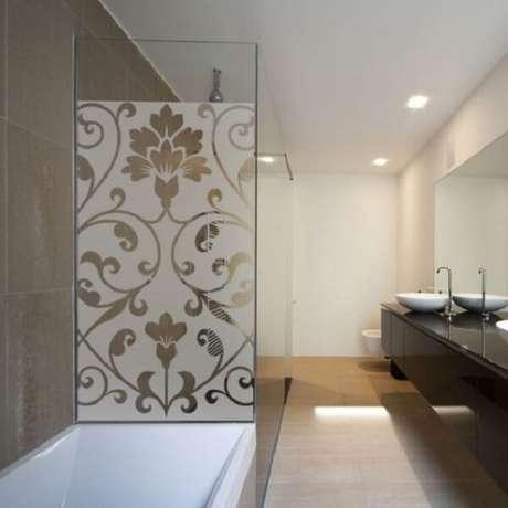 62. Modelo de adesivo para box de banheiro jateado com temática floral. Fonte: Pinterest