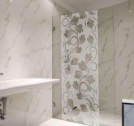 63. Modelo de adesivo para box de banheiro jateado encanta a decoração. Fonte: Pinterest