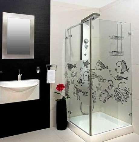 38. Muitos peixinhos para o ambiente incluindo esse adesivo para box de banheiro. Fonte: Pinterest