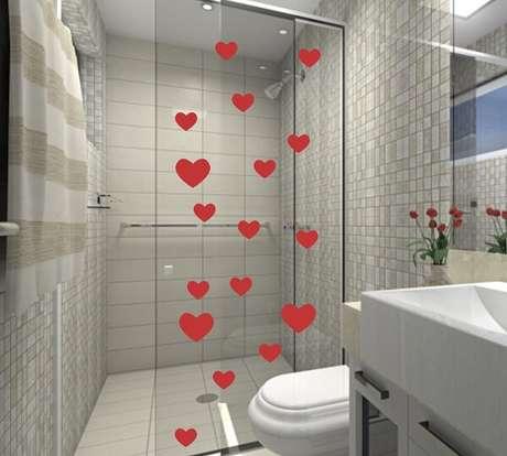 39. O amor está no ar com esse adesivo para box de banheiro feito com corações. Fonte: Pinterest
