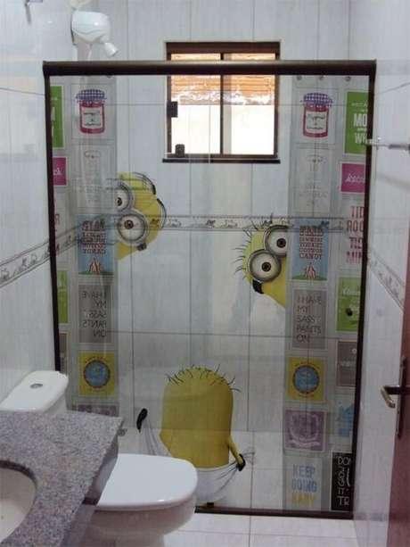 41. Os minions invadiram a decoração do ambiente com esse adesivo para box de banheiro. Fonte Pinterest