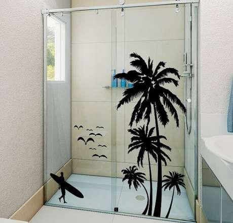 42. Os moradores optaram por escolher um adesivo para box de banheiro com design de surfista. Fonte: Pinterest