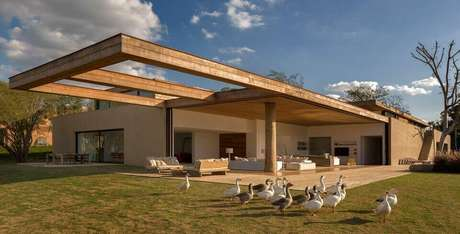 59. Esta casa possui um piso para varanda simples, mas que combina com o projeto térreo. Foto: Revista Viva Decora