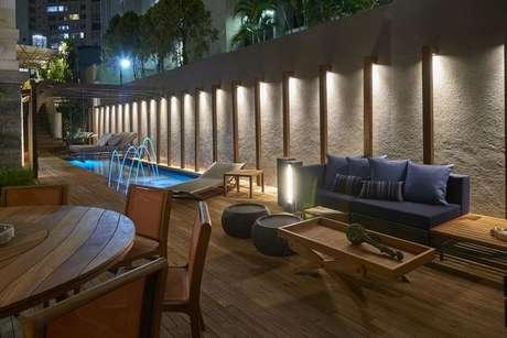 38. O piso para varanda de madeira é o ideal para área com piscina. Projeto de Casa Cor MG 17