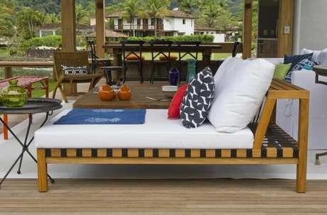 37. O piso para varanda de madeira combina com diferentes decorações. Projeto de Marília Veiga