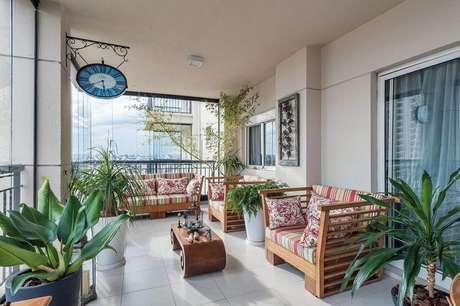 32. Este exemplo de piso para varanda é simples, mas ganha destaque pela mobília. Projeto de Manoela Lustosa da Silva