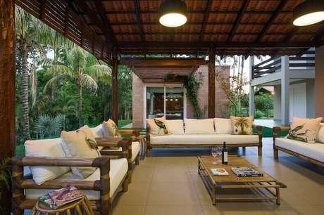 10. O piso para varanda pode ser simples e deixar a decoração para a mobília. Foto: Revista Viva Decora.