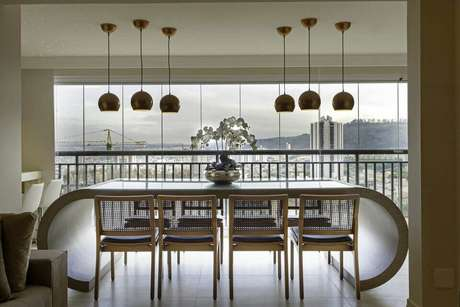 13. Este piso para varanda é simples e deixa a mobília dar o destaque. Projeto de Iara Kilaris