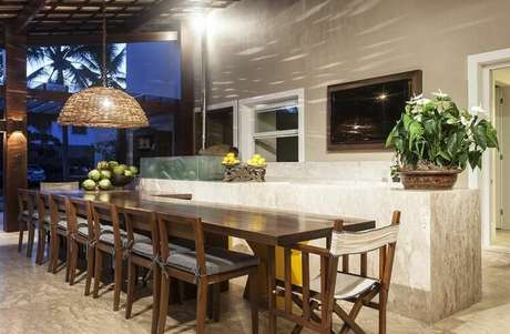 61. O mármore é um exemplo luxuoso de piso para varanda. Projeto de Nágila Andrade