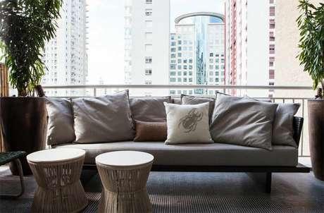 62. O piso para varanda de pastilha ecológica é algo muito comum. Projeto de Díptico Design de Interiores