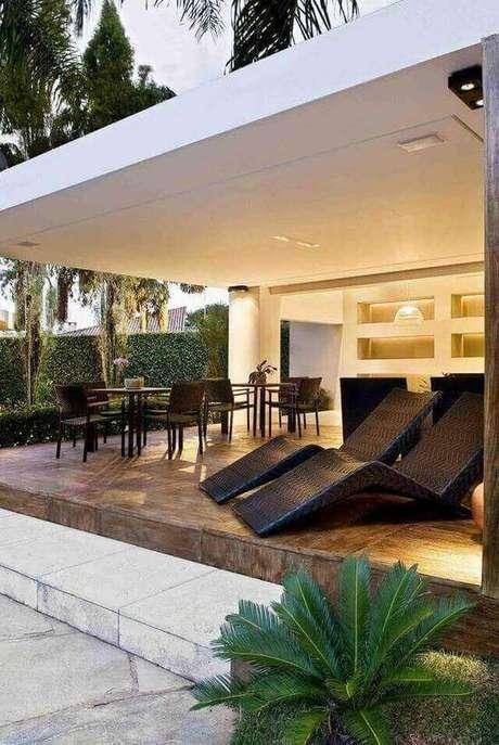 19. O piso para varanda de pedra combina com o piso de madeira. Projeto de André Martins