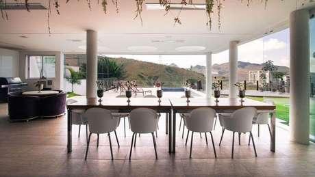 64. O piso para varanda costuma ser de uma cor simples. Projeto de Mutabile Arquitetura e Design Gráfico