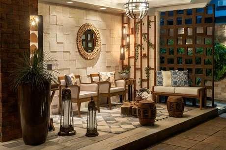 65. Um lindo exemplo de piso para varanda de madeira mais rústica. Projeto de Morar Mais Por Menos