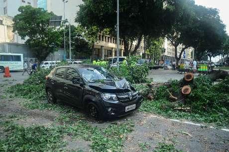Ventos fortes derrubam uma árvore danificando um veículo na Candelária, centro do Rio de Janeiro