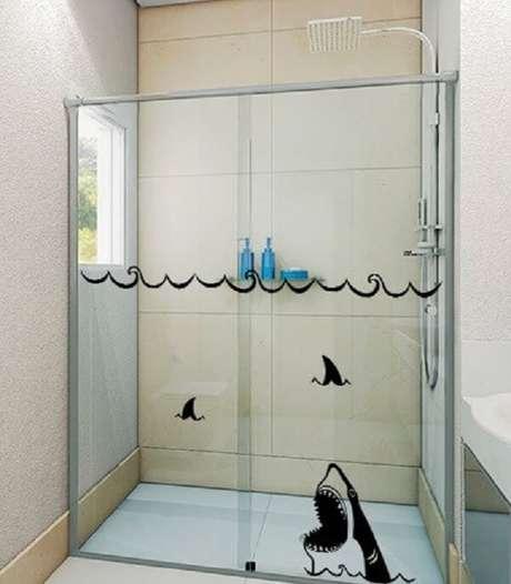 46. Tubarão à vista com esse adesivo para box de banheiro. Fonte: Pinterest