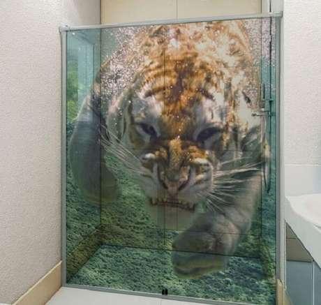 45. Um mergulho nas savanas com esse adesivo para box de banheiro. Fonte: Pinterest