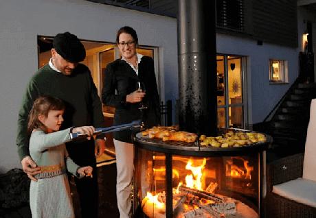 10. Que tal reunir a família ao redor da churrasqueira moderna de vidro. Fonte: Homify