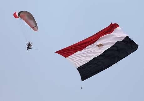 Bandeira do Egito é levada por paraquedas nos arredores do Cairo 28/04/2018 REUTERS/Mohamed Abd El Ghany