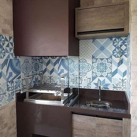 63. Área de lazer compacta com churrasqueira de vidro. Fonte: Pinterest