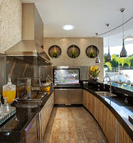 1. Área gourmet com churrasqueira de vidro e bancada de granito preta ampla. Fonte: Pinterest
