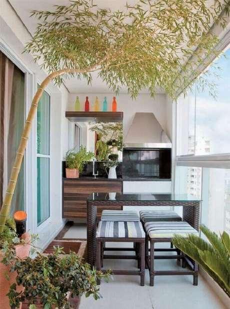 35. Varanda gourmet de apartamento conta com a presença de uma churrasqueira de vidro. Fonte: Pinterest