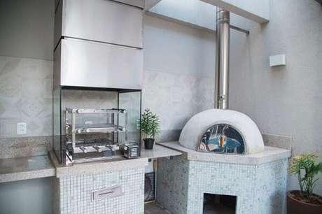 67. Churrasqueira de vidro instalada ao lado do forno de pizza. Fonte: Pinterest