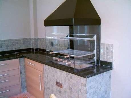 20. Churrasqueira de vidro e inox para área de lazer pequena. Fonte: Casa e Festa