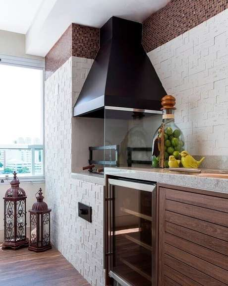 38. Área gourmet planejada com churrasqueira de vidro. Fonte Bella Trelha