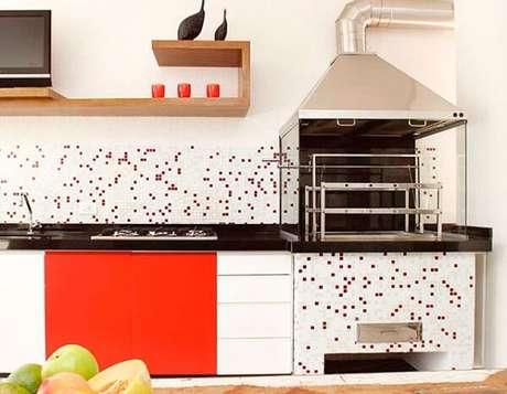 40. Pequena área gourmet com cooktop e churrasqueira de vidro. Fonte: Pinterest