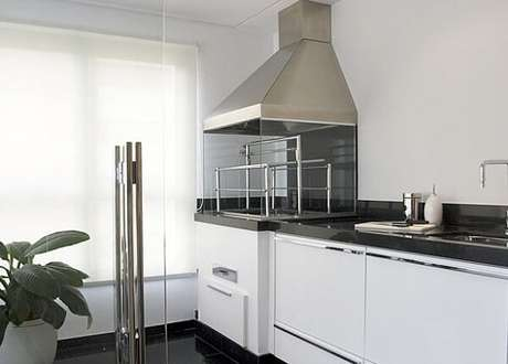 42. Área gourmet pequena com decoração clean. Fonte: Eu Amo Decoração