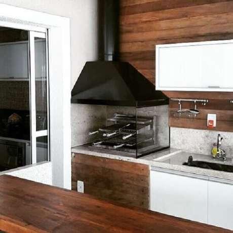 43. Churrasqueira de vidro instalada no canto da área gourmet. Fonte: Pinterest